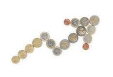 Flecha hecha fuera de las monedas euro aisladas en un b blanco Imagen de archivo