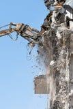 Flecha hidr?ulica de los esquileos del equipo pesado desmontar el edificio, destrucci?n de la demolici?n cerca de la visi?n imagenes de archivo