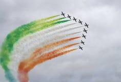 Flecha a partir de 9 aeroplanos con humo del color Fotografía de archivo