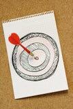 Flecha que golpea el dartboard imagen de archivo libre de regalías