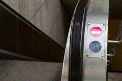 Flecha que muestra la dirección del viaje en la escalera móvil Fotografía de archivo