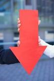 Flecha roja que señala abajo Foto de archivo libre de regalías