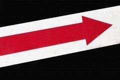 Flecha roja sobre ladrillos Fotos de archivo libres de regalías