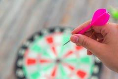 Flecha roja y el lanzar del holdin de la mano Foto de archivo libre de regalías