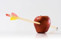 Flecha a través de un Apple Imagen de archivo libre de regalías