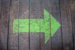 Flecha verde en la madera fotografía de archivo