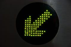Flecha verde que muestra la manera correcta Fotos de archivo