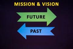 flechas coloreadas conceptuales en el fondo azul marino de la textura Misión y visión Foto de archivo