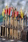 Flechas coloreadas que esperan para conseguir el tiro en la blanco Fotos de archivo