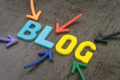 Flechas coloridas que señalan a la palabra BLOG en el centro de la pared negra de la pizarra, blog, artículo de los registros de  fotografía de archivo libre de regalías