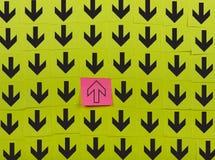 flechas Concepto opuesto de la dirección Imágenes de archivo libres de regalías