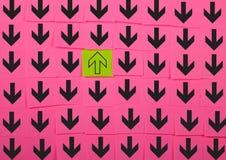 flechas Concepto opuesto de la dirección Fotos de archivo