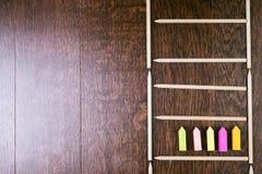 Flechas de la escalera y de la etiqueta engomada del lápiz Imágenes de archivo libres de regalías