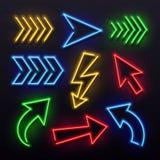 Flechas de neón realistas Luces de la lámpara de la muestra de la flecha de la noche Muestras brillantes de la punta de flecha y  libre illustration