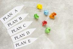 Flechas de papel con palabras del plan Imágenes de archivo libres de regalías