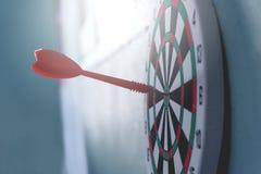 Flechas del concepto de la dirección en la blanco del tiro al arco del concepto del negocio de la blanco de la diana foto de archivo libre de regalías