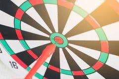 Flechas del concepto de la dirección en la blanco del tiro al arco del concepto del negocio de la blanco de la diana imagen de archivo libre de regalías