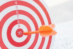 Flechas del concepto de la dirección en la blanco del tiro al arco del concepto del negocio de la blanco de la diana imágenes de archivo libres de regalías