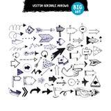 Flechas dibujadas mano del garabato fijadas ilustración del vector