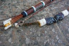 Flechas indias y un arco Fotografía de archivo libre de regalías