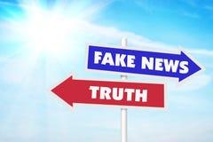 Flechas a los lados opuestos a las noticias falsas y a la verdad Imagen de archivo libre de regalías