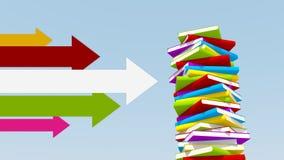 Flechas multicoloras que señalan hacia la pila de libros fotos de archivo libres de regalías