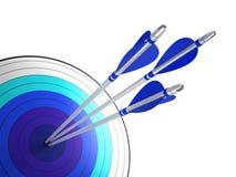 Flechas que golpean el centro de la blanco Imágenes de archivo libres de regalías