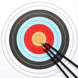 Flechas que señalan al centro de la blanco del tiro al arco Fotos de archivo