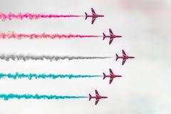 Flechas rojas en la formación imagen de archivo libre de regalías