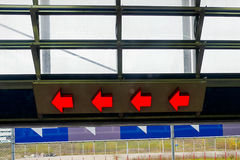 4 flechas rojas que señalan a la izquierda Fotografía de archivo