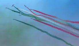 Flechas tricoloras italianas en equipo acrobático durante salón aeronáutico, en la acrobacia espectacular Foto de archivo