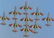 Flechas tricoloras italianas en un vuelo espectacular, durante cierre del salón aeronáutico para arriba Fotos de archivo libres de regalías