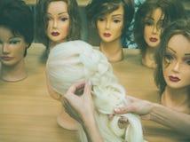 Flechten einer Borte auf einem Mannequin lizenzfreies stockbild