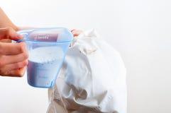 Fleck von messendem Abschreckungsmittel des weißen Hemdes eigenhändig entfernen Lizenzfreie Stockbilder