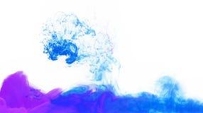 Flecke der bunten Acryltinte im Wasser Stockfotos