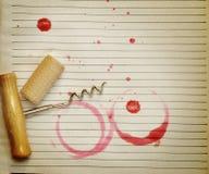 Flecke des Korkens, des Korkenziehers und des Rotweins des Weins Stockfotografie