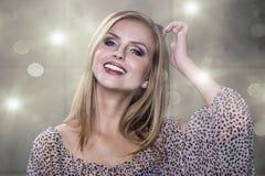 Fleckenlose junge blonde Frau lächelt an Ihnen Lizenzfreie Stockbilder