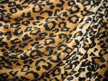 Fleecy braunes drapiertes Leopardhautgewebe stockbilder