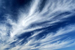 Fleecy Wolken lizenzfreie stockfotos
