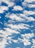 Fleecy Wolken auf blauem Himmel stockfotografie
