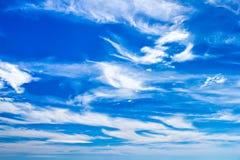 Fleecy Wolken auf blauem Himmel lizenzfreies stockbild