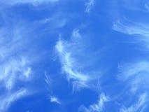 Fleecy Wolken im blauen Himmel stockbilder
