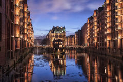 Fleetschloesschen的长的曝光在Hamburgs Speicherstadt 免版税库存图片