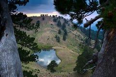 Flegga wysokogórski jezioro, Pindus park narodowy, Ioannina, Grecja Zdjęcia Stock
