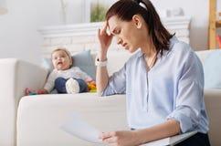 Fleißige junge Mutter, die unter Abführung leidet lizenzfreie stockbilder