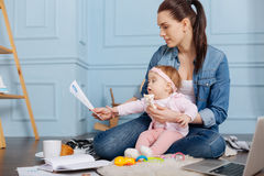Fleißige starke Mutter, die Datenforschung durchliest Stockbilder