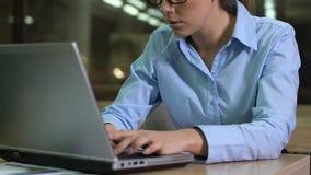 Fleißiger Journalist, der an Laptop nachts, Projekttermin, Workaholic arbeitet stock video