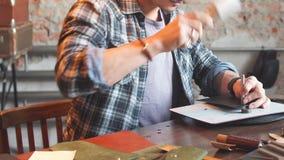 Fleißiges Mannglatt machen, den Stoff flachdrückend stock video footage