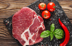 Fleisch auf einem Baum mit Tomaten und Pfeffer Stockfotos
