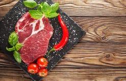 Fleisch auf einem Baum mit Tomaten und Pfeffer Lizenzfreie Stockfotografie